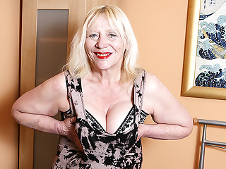Raunchy British Housewife Playing With Her Soft Snatch - MatureNL