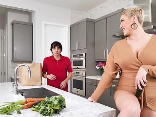 Hardcore making out in the kitchen nigh busty mature Ryan Keely